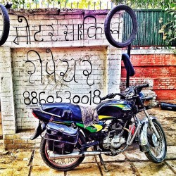 Finding a motorcycle repair guy in the heart of New Delhi - priceless  (at India Gate)