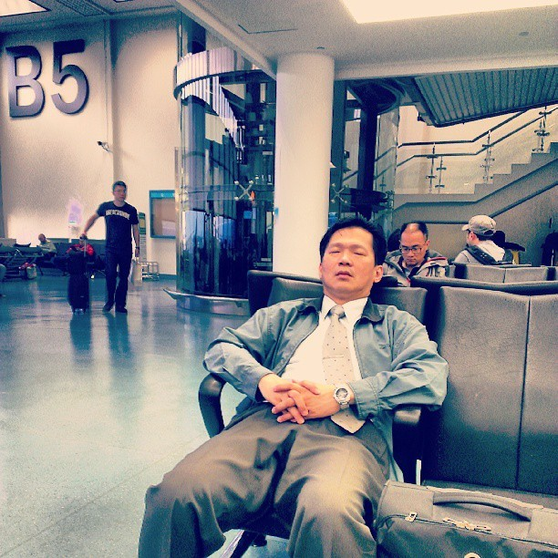 Take nap #travel #airport #taiwan #relax #instamood #morning  (at Taiwan Taoyuan Int'l Airport (TPE) 臺灣桃園國際機場)