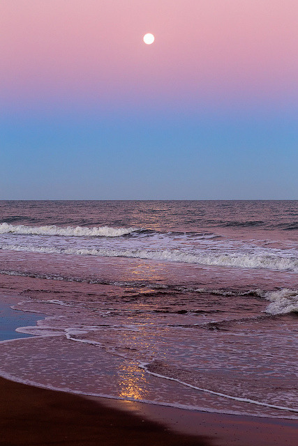 Full Moon on the Belt of Venus by lrargerich on Flickr.