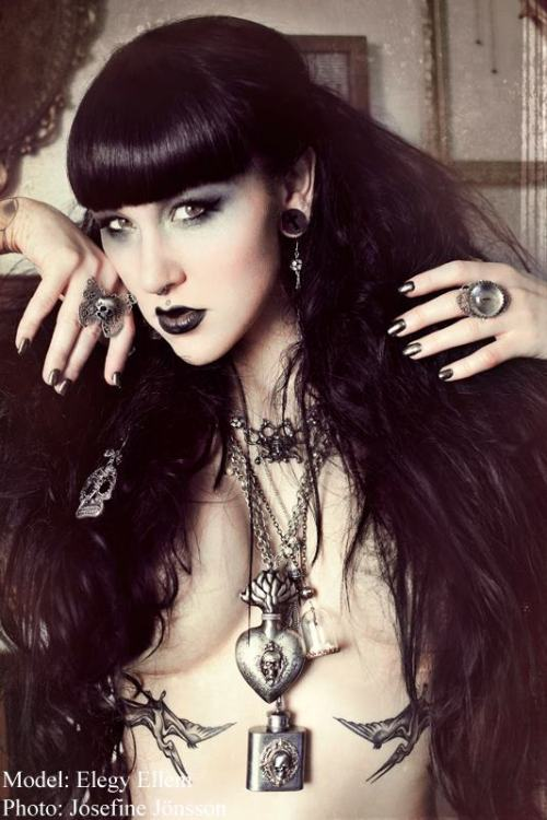 ilovegothgirls:  Who needs clothes when you've got accessories