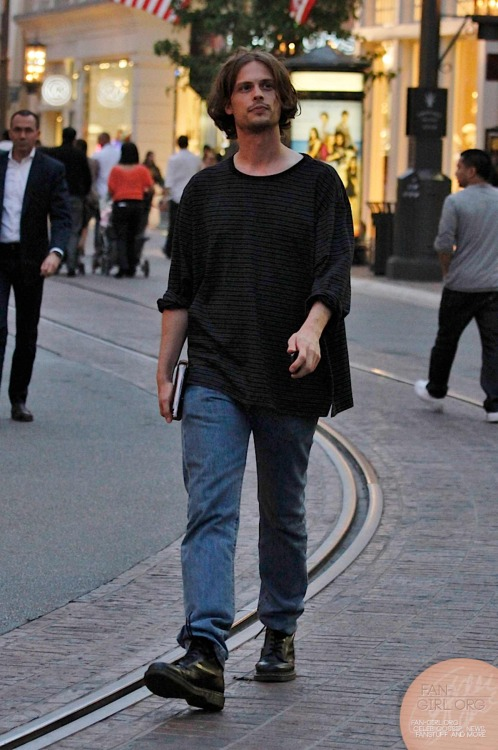 fan-girlblog:  Matthew Gray Gubler shopping at the grove more at http://fan-girl.org/?p=1687