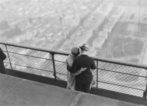 liquidnight:  André Kertész En haut de la tour Eiffel: deux amoureux enlacés embrassant Paris du regard, 1929 [From the Réunion des Musées Nationaux]
