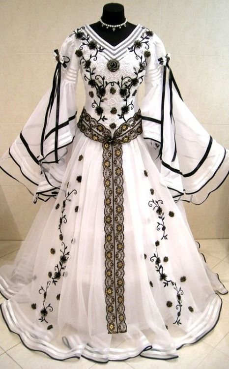 tawnyscostumesandcuriosities:  Medieval wedding dress