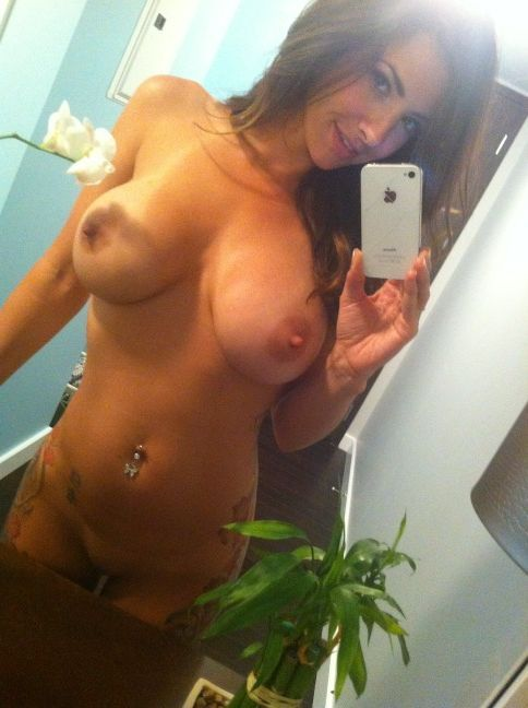 babes-love-it:  Babes Love It to Show Their SelfShots
