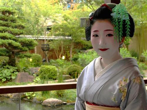 kanoyumisan:  Maiko Kanoka © 2013 The Sankei Shimbun & Sankei Digital  I always love the double layer kanzashi, the willow over a stream.