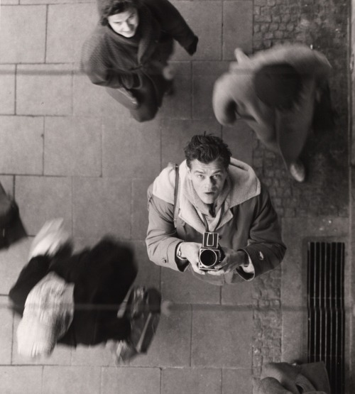 wehadfacesthen:  Self-portrait with camera, 1950, photo by Peter Keetman via inneroptics