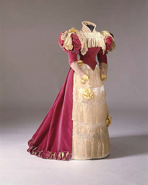 Evening dress from the French House of Paquin circa 1900-1905. The Met. Accession Number: 1977.118a