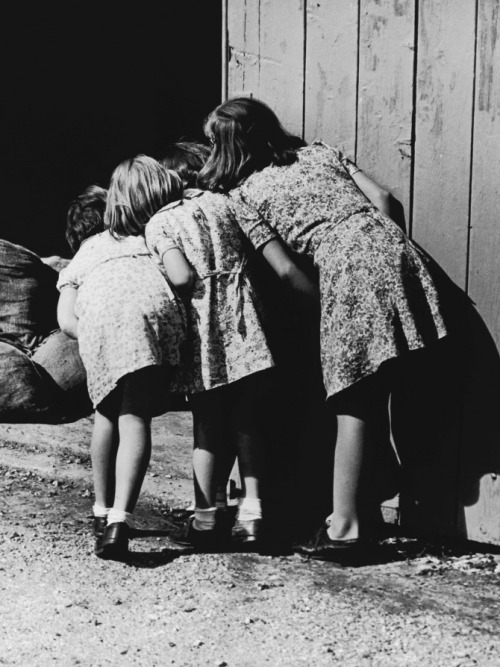 valscrapbook:  m3zzaluna: unknown photographer, four girls looking into barn, est. 1930-1949   Oh  I love this photo. It reminds me of my childhood… A bit earlier but my sisters and I spied on people all the time.