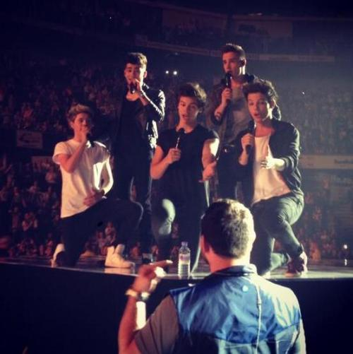 alwaysinmyheartsincerelylouis:  The boys singing Happy Birthday to Paul - Nottingham, 16.04
