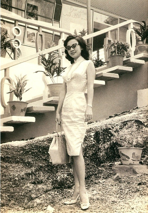 theniftyfifties:  A fashionable woman in Hong Kong, 1959.