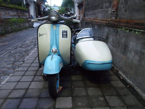 Side-car Vespa in Ubud. Rad.
