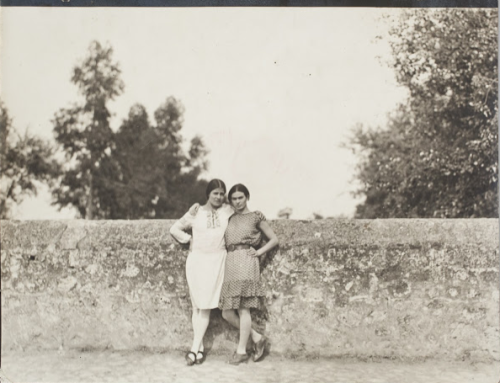 kvetchlandia:  Uncredited Photographer     Tina Modotti and Frida Kahlo     1928