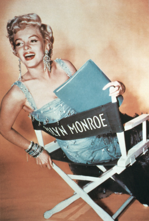 vintagechampagnefever:  Marilyn Monroe in her personalised chair