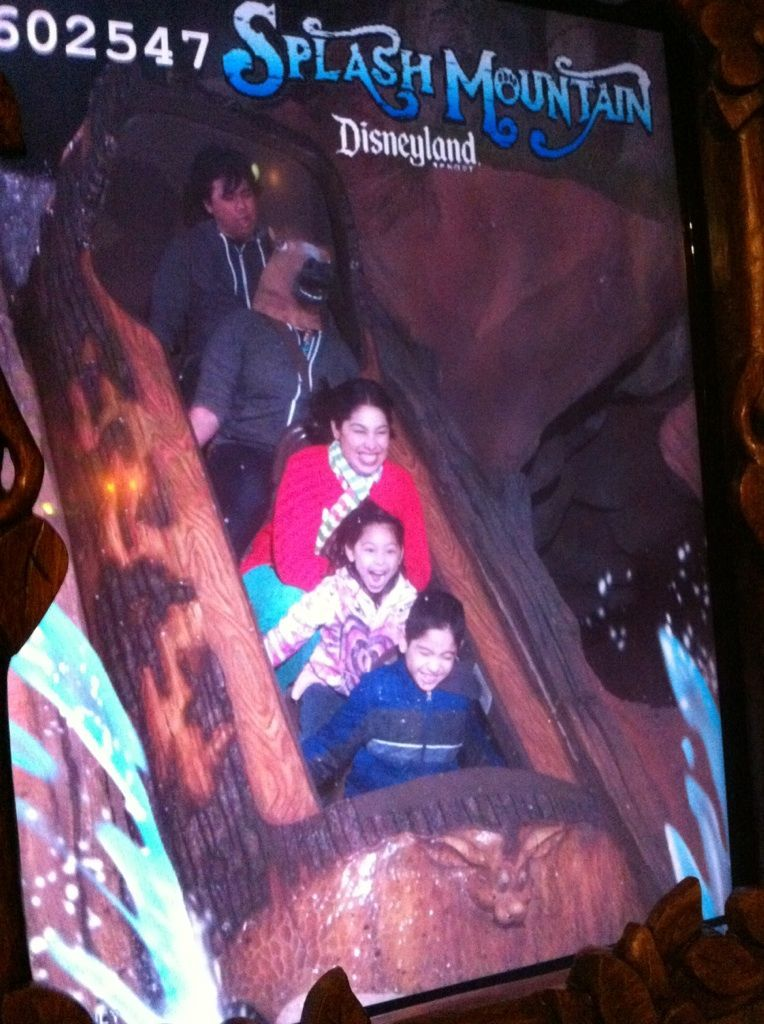onihat:  Gaiz, im in disneyland   pffffffffft! Is that Jared behind you?