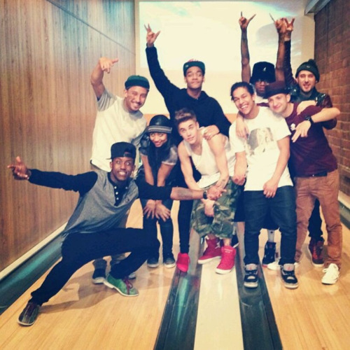 bieber-news:  Justin hanging out with some of his dancers and friends!