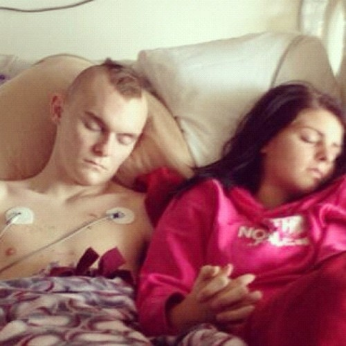 fckyeahcutecouples:  Love is bigger than cancer.