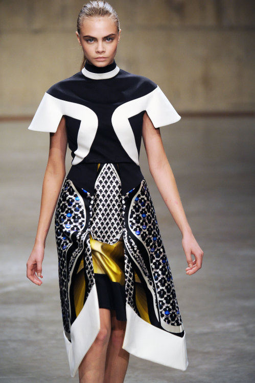 The @PeterPilotto show was almost architectural! AMAZING @CaraDelevingne