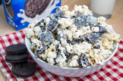 crackerhell:    prettygirlfood:    Cookies & Cream Popcorn  Ingredients  1/4 cup popcorn kernels or 1 bag popcorn, popped  12 oreo cookies, coarsely crushed  6 ounces white chocolate, melted  Directions  Mix the popcorn, crumbled cookies and melted chocolate until well combined, spread the mixture out on a baking sheet and let sit until the chocolate has set. (Tip: Chill in the fridge if you want the chocolate to set faster.)  Break any large clumps up and enjoy!    crazy white ppl food