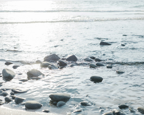 oceanux:  Sea and Stones by hisaya katagami on Flickr.