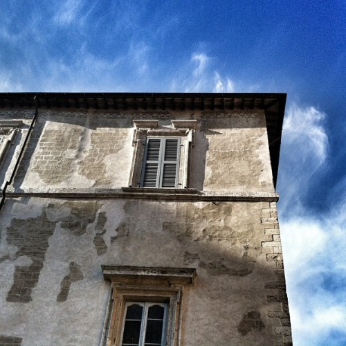 The sky above Narni #intimaumbria #umbria #igersterni #clouds #sky #buildings