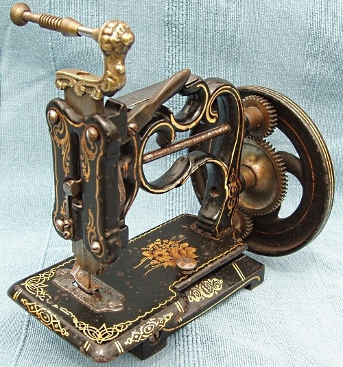 vintagestitchbeauties:  (via Vintage Sewing Machines)