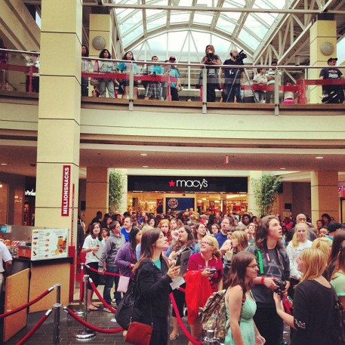 About to do bits with @JamesMaslow from @BigTimeRush here at @WestfieldCPM It's madness here. #Star999 #Bigtimerush  (at Westfield Connecticut Post Mall)