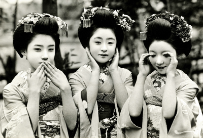 vintagegal:  Maiko Tomeko, the centre of three Maiko Girls (Apprentice Geisha) posing as the Three Wise Monkeys, 1929. (x)