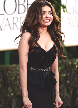 Sarah Hyland arrives at Golden Globes Awards   Owww