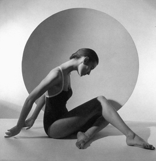 supermodelobsession:  Chanel 1987Model: Aly DunnePhotographer: Horst P. Horst