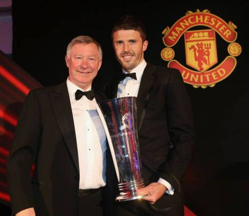 fuckyeahmichaelcarrick:  Alex Ferguson presents Michael Carrick with the Player's Player of the Year award after he was selected by his fellow team mates.