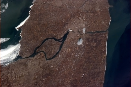 colchrishadfield:  Erie on the left, Ontario on the right, Niagara Falls in the middle. I love this perspective shot.