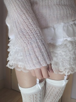xoxoicecream:  angelhearting:  this sweater is soft and fuzzy and a little bit glowy but it makes me look fat ._.  no you look lovely ;_;