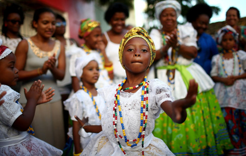 fotojournalismus:Festival of the Good Death Celebrated in Cachoeira, BrazilThe Afro-Brazilian Sisterhood of the Good Death is made up of female descendants of slaves, all age 50 and over, and honours both Catholic traditions and Afro-Brazilian Candomble religious rites. The sisterhood is believed to be the oldest organization for women of African descent in the Americas. The state of Bahia received at least 1.2 million slaves from Africa and remains the most African of Brazilian states, where blacks make up around 80 percent of the population.Photos by Mario Tama/Getty Images — August 14-17, 2014.