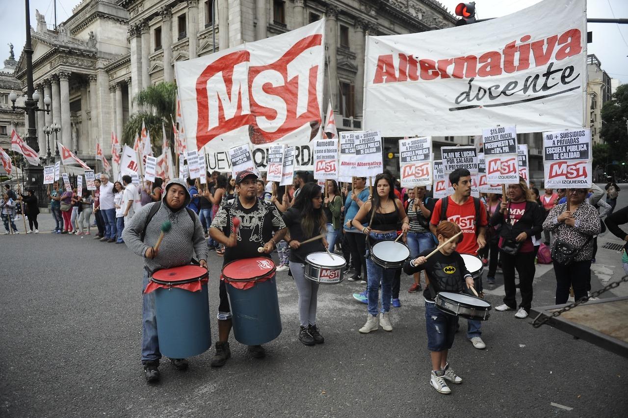 DÍA DE PIQUETES. Docentes cortan en Congreso. (Alfredo Martínez)
