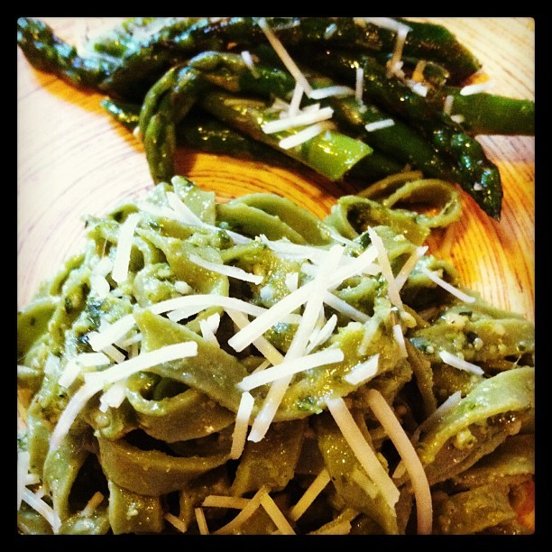 On behalf of #stpattysday I made spinach fettuccini with pesto and a side of asparagus #yummy #green #dinner #cooking