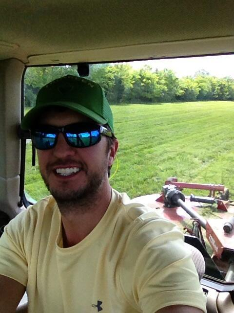 shakeitlukebryan:  Luke looking Cute :)   Luke Just TWEETED this :)