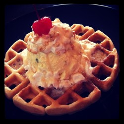 snoqualmieicecream:  Waffle sundae with Rosewater Pistachio ice cream. #snoqicecream #snoqualmieicecream #waffle #sundae #breakfast #dessert #yum #drooling #maltby (at Snoqualmie Gourmet Ice Cream)