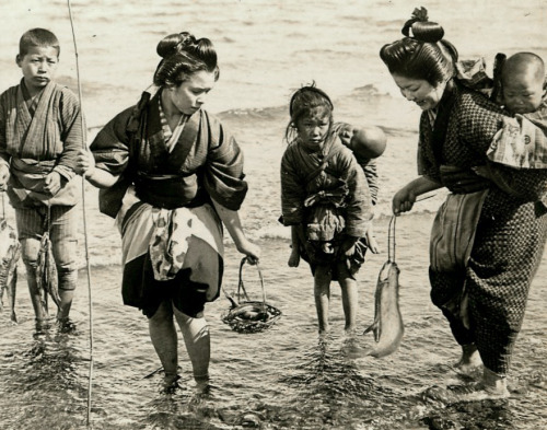 thekimonogallery:  Fishing on the shores of Japan.  1904-1905 by photographer Julian Cochrane.