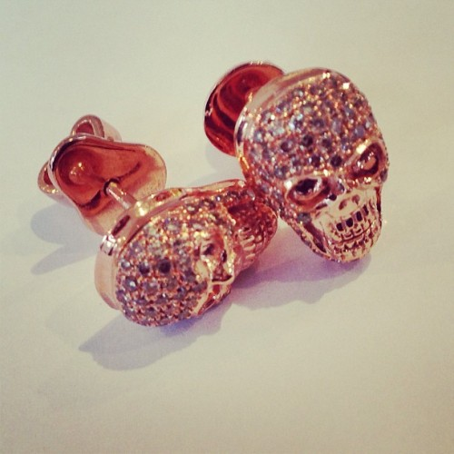 Diamond skull earring coming soon to GiftVault!!! Very exciting skulls!!! #exclusive #diamonds #ro #luxury #luxurygift #diamond #earrings #earring #rosegold #rose #luxurious #love #beautiful #pink #instyle #instagram #instaphoto #fashion #fashionable #skulls #skull