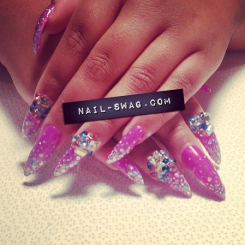 nail-swag:  THE GLITTERATI NAIL for @queenofblending! #nailswag #nails #nailart #nailartclub #naillabo #swag #LA