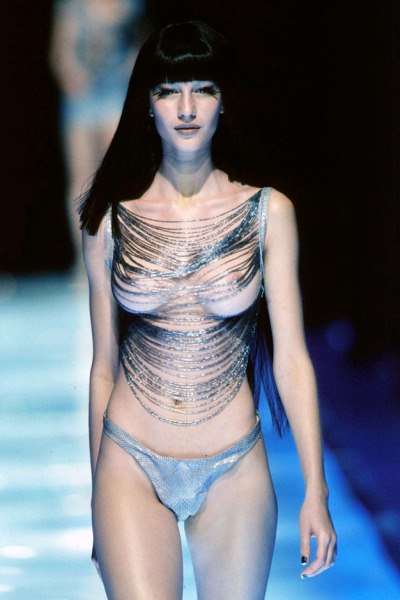 aliencells:   gisele bündchen at mcqueen s/s 1998  i dont like gisele but pourquoi on en retrouve plus des comme ça on the catwalk ?