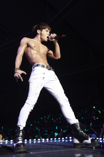 pervingonkpop:  lickable abs are very lickable This is such a perfect wardrobe for any performance…