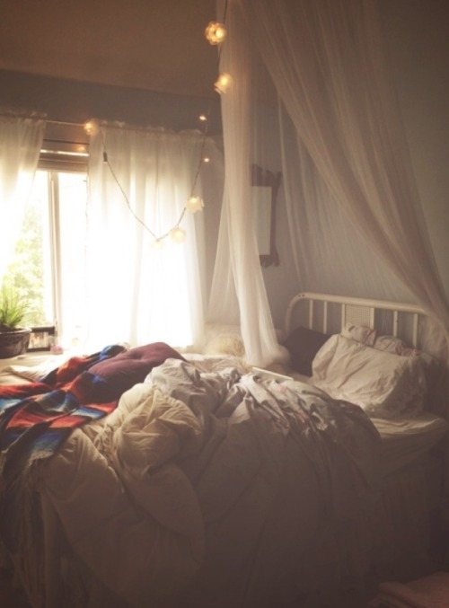 Bed canopy on tumblr for Room decor hipster