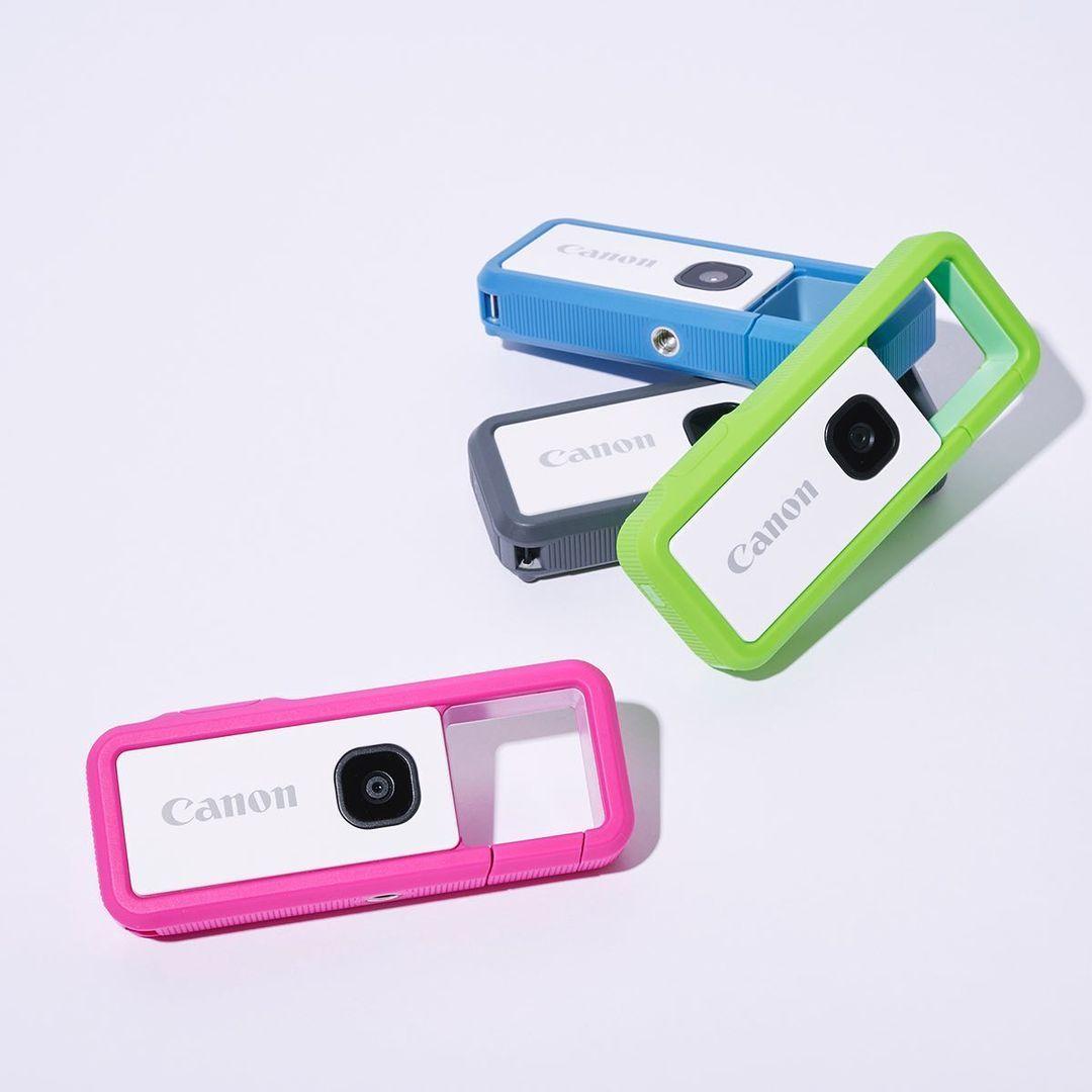 【キュートな実力派ガジェット】 写真好きだけどスマホばかりという人には、キッチュなルックスで本格機能をもつ〈キヤノン〉のカメラをプレゼント。カラビナのようにバッ      magmoe.com #camera#canon#gift#ginza#Ginza Magazine#ginzamagazine#ガジェット#ガジェット好き#カメラ#ギフト#キヤノン#コンパクトカメラ#デジタルカメラ#プレゼント#贈り物