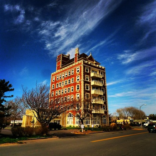 Pretty building. Would you live in Montauk year round? #montauk #building #travel #theplaza #bluesky