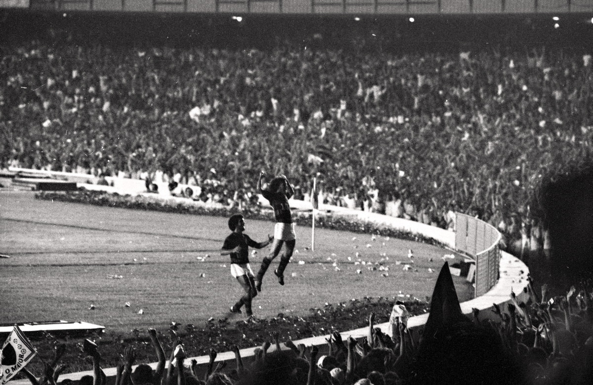 Zico, Rockin the House at the Maracanã, 1976. The Flamengo legend turned 60 today. Parabéns, Galo! Source: Lance