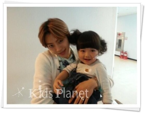 dddjjj:  Dongwoo with little kid from Star King Cr. meikwang