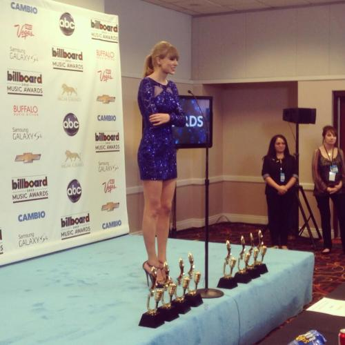 fearlesslove13:  fearlesswift:  Taylor Swift in her natural habitat  This is my new fave picture