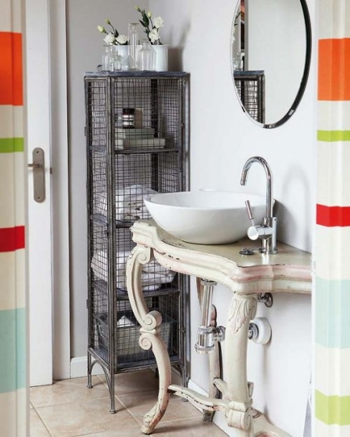 vintage + industrial + colourful accents = original bathroom (via Lovingit)