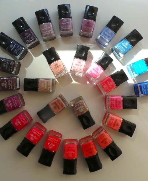 Rainbow Connection Alessandro International, a new nailpolish brand that manicurist Myrdith McCormack used on me a few weeks ago, kindly (very kindly) sent me what feels like every.single.color of theirs. Happy Tuesday to me ^_^